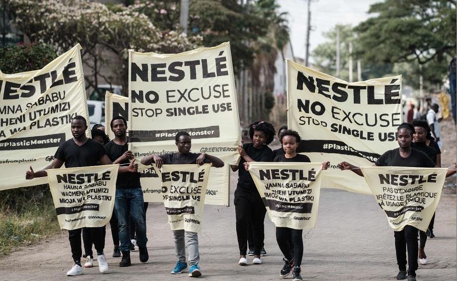 Ativistas africanos do Greenpeace protestam contra a multinacional suíça Nestlé contra o uso de plástico nas embalagens.