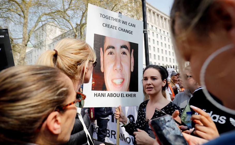 Ativistas contra crimes com facas manifestam-se em Downing street, no centro de Londres.
