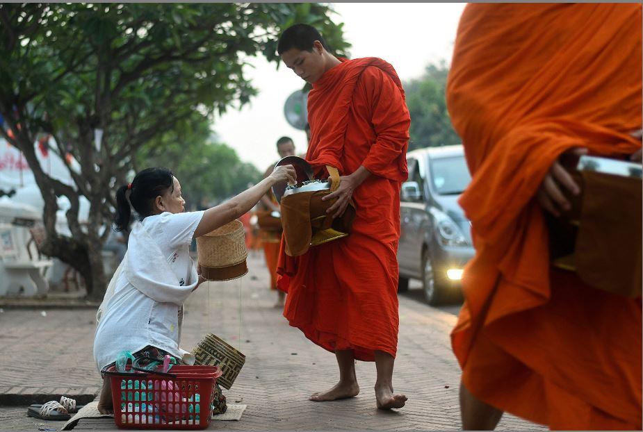 Dia de doações ao nascer do sol em Luang Prabang.