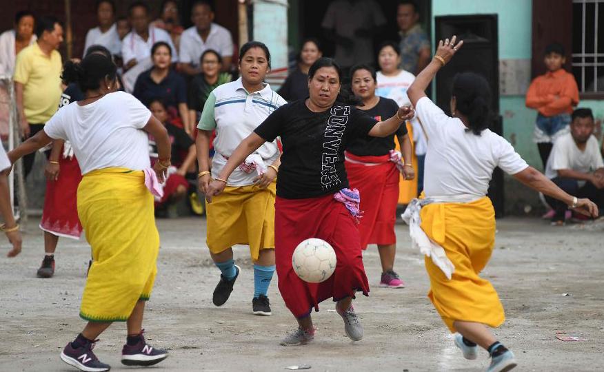 Mulheres indianas jogam futebol durante um evento para marcar as celebrações de ano novo de Manipuri como parte do Cheiraoba Festival, em Guwahati, a capital do nordeste do estado de Assam.