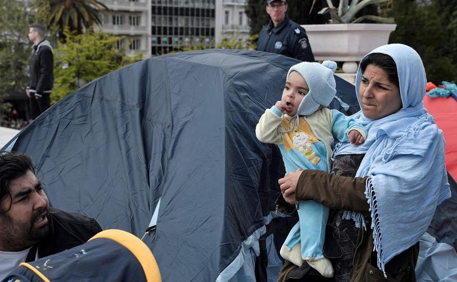 Migrantes num acampamento de refugiados no Sintagma central de Atenas .