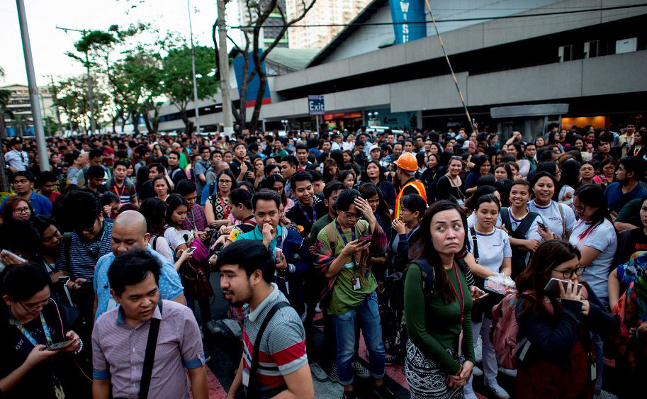 Moradores de Manila vão para as ruas após o terremoto que abalou as Filipinas.
