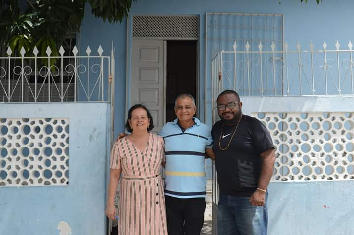 Pedro Aquino (centro) com a secretária Glória Marluce Lima da Silva (Educação e Cultura) e Jeferson, servidor municipal