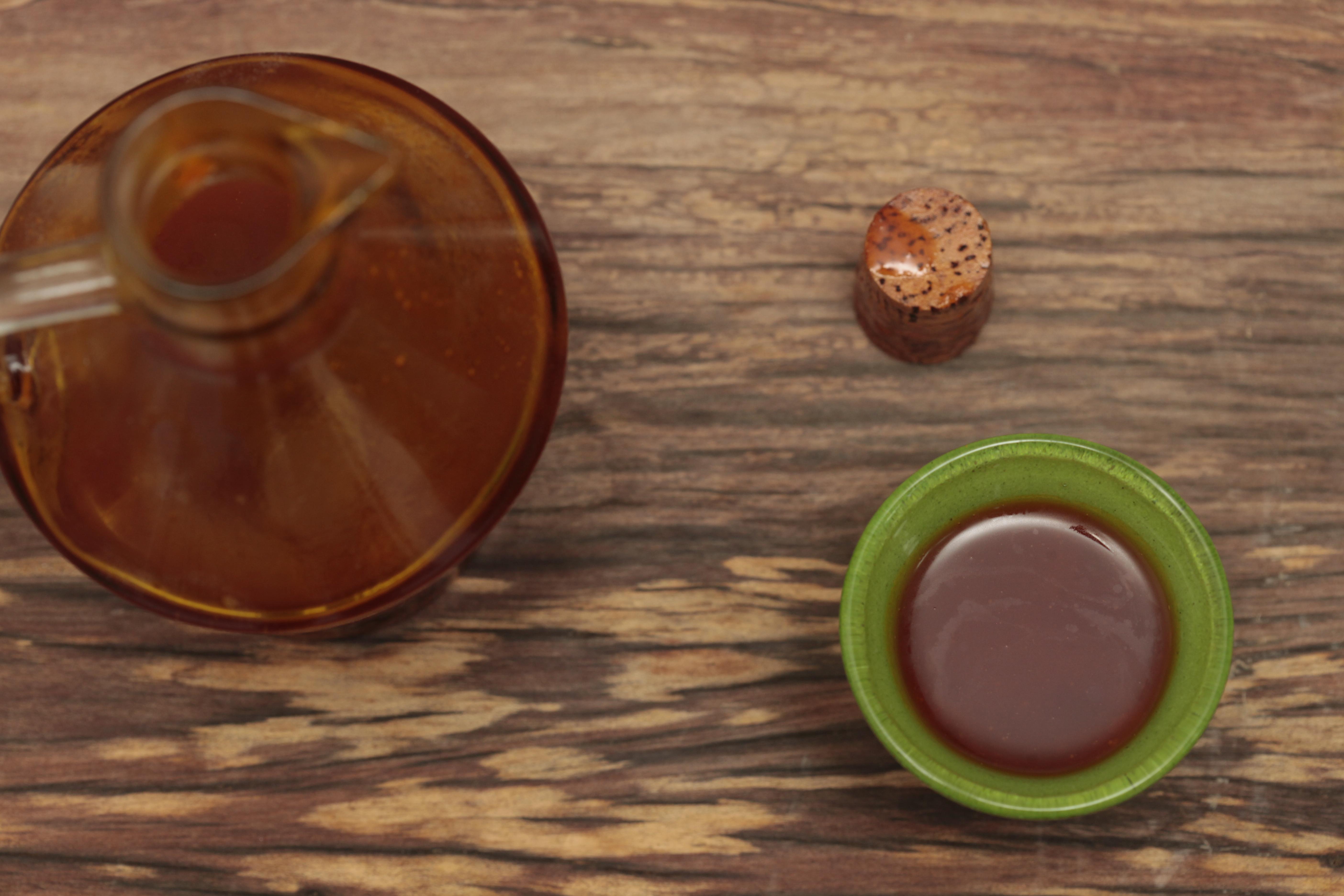 O ideal é usar o azeite de dendê cru e novo, sem muito tempo na garrafa. No final, a chef rega a panela com umas voltinhas e não ferve mais