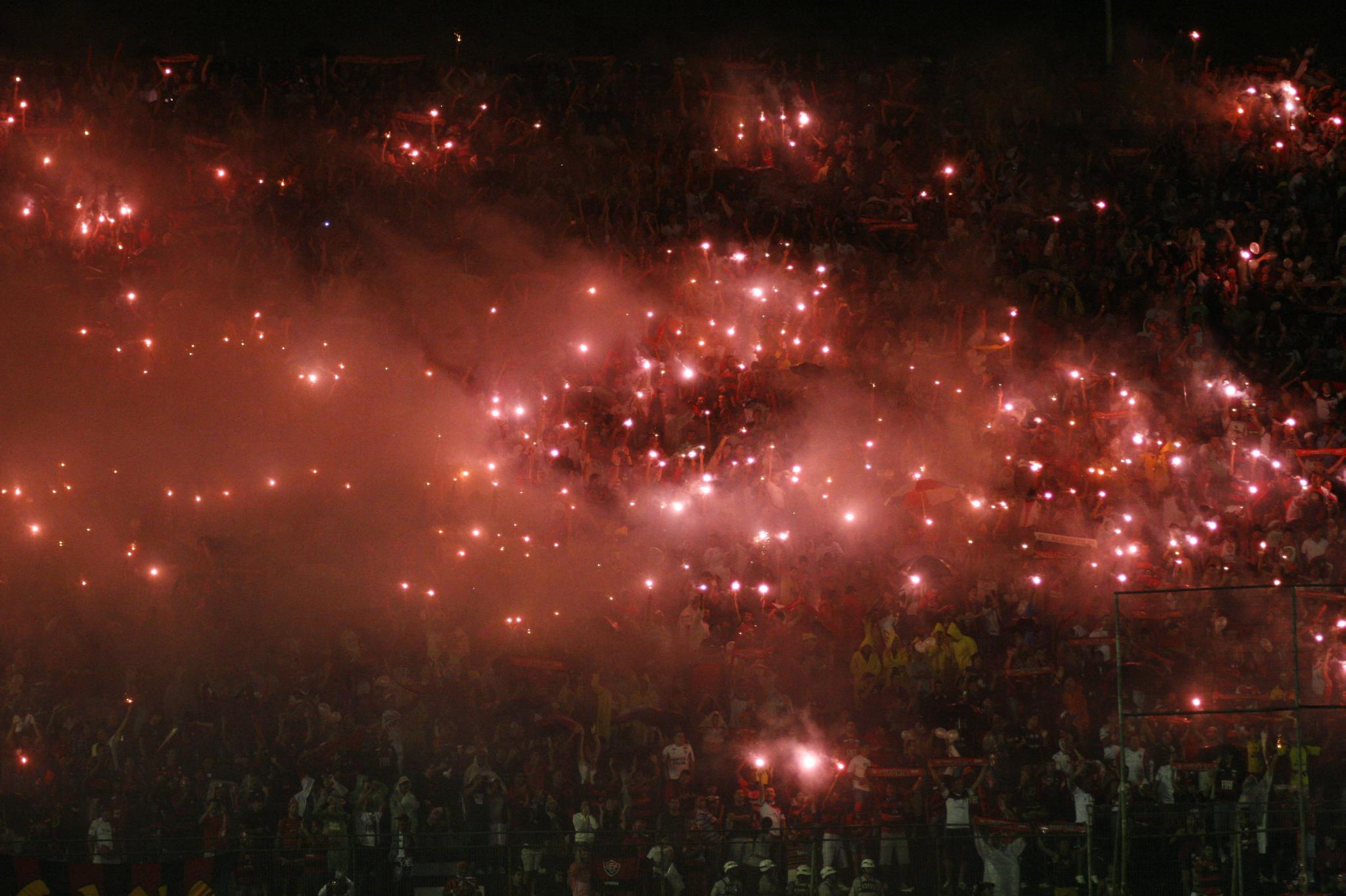Barradão em chamas: show pirotécnico da torcida rubro-negro amedrontou adversários em 2010