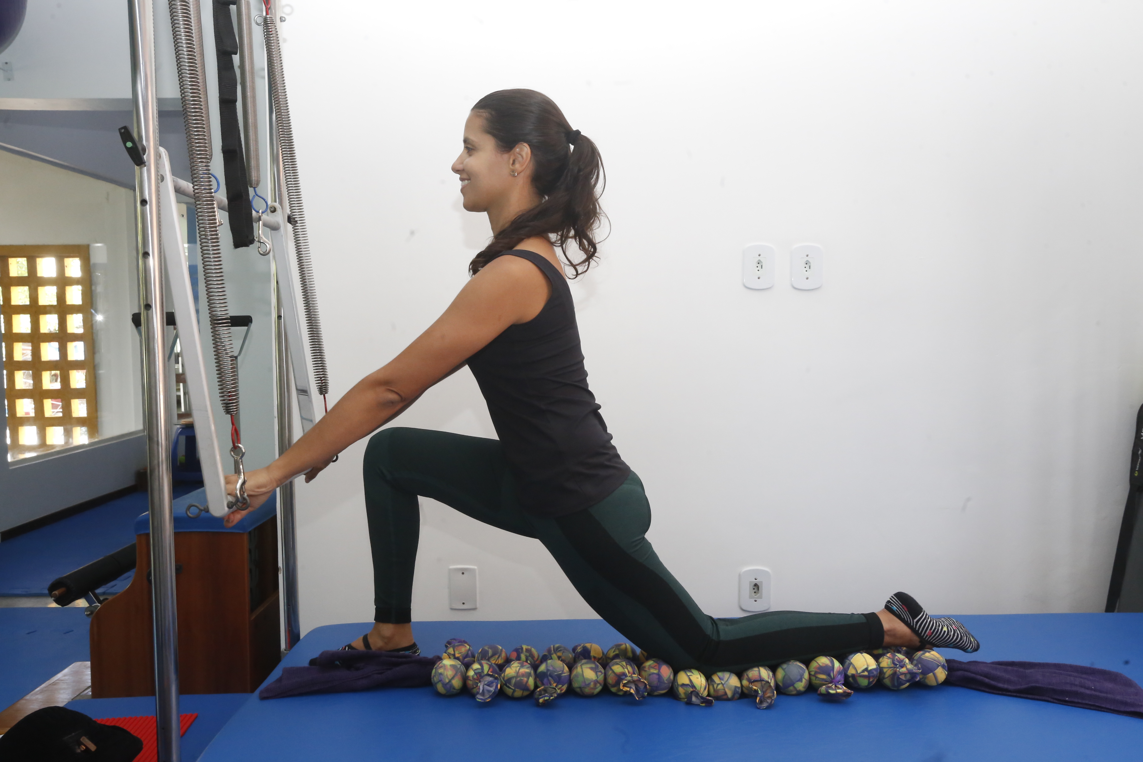 Exercício de alongamento com o trapézio. A Centopeia ajuda a estabilizar o joelho e estimula a fáscia.