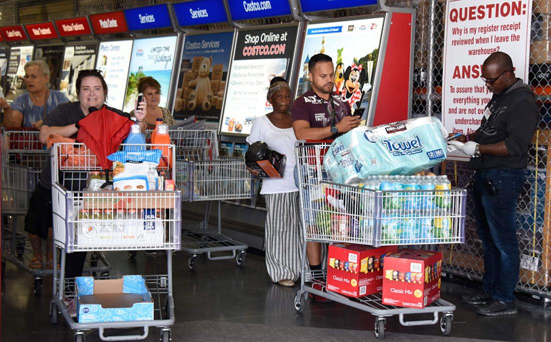 Moradores saem do mercado com abastecimento para a semana