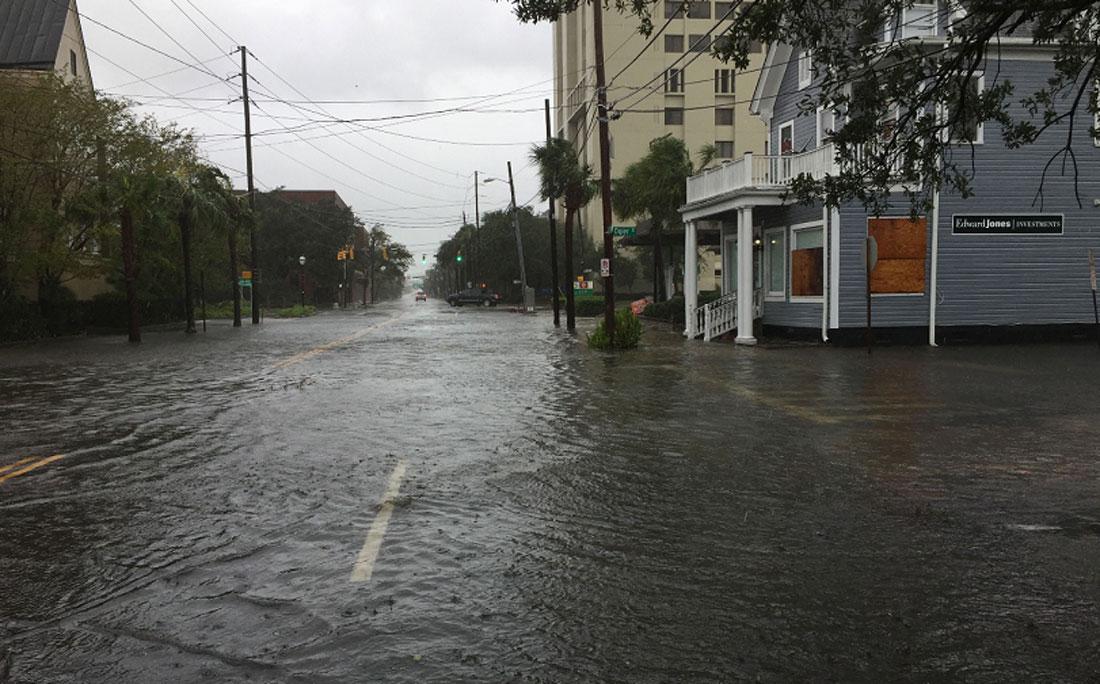 Água tomas as ruas de Charleston, na Carolina do Sul