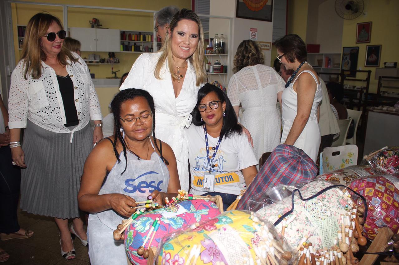 Paula com as artesãs no Centro de Formação Artesanal do Sesc