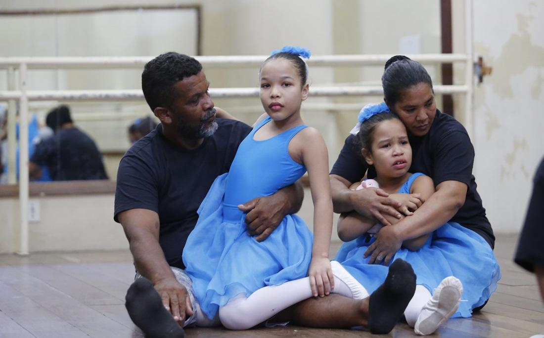 Joilson e Jaqueline abraçam as filhas, diagnosticadas com autismo
