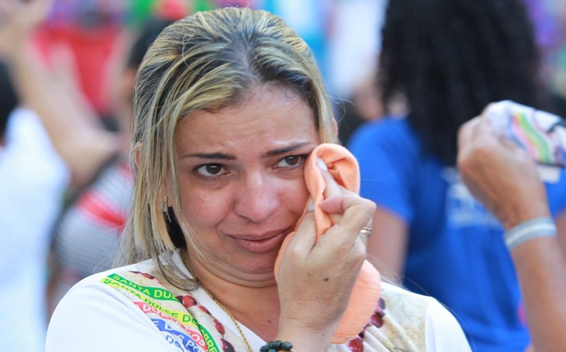 Fiéis se emocionam durante a celebração após a canonização pelo Vaticano da Santa Dulce dos Pobres