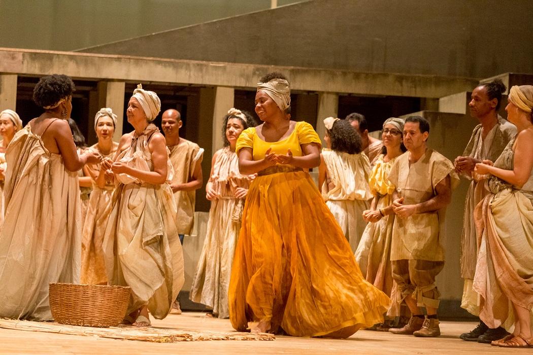 São cerca de 170 artistas no palco, entre oito solistas, 75 músicos da Osba, 60 coristas e 20 bailarinos
