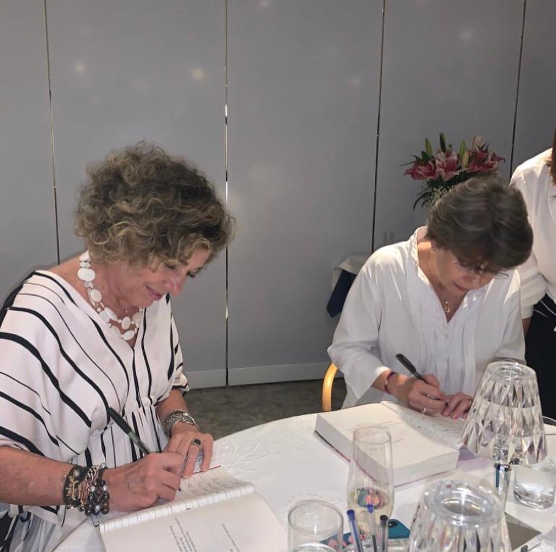 Sessão de autógrafos com Consuelo e Alessandra Blocker