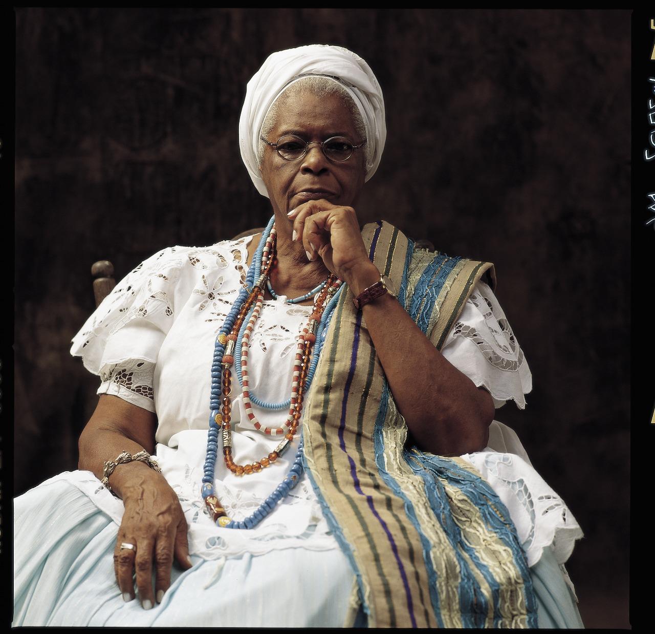 5 Mãe Stella de Oxóssi  1976-2018 Iniciada no candomblé com 13 anos, foi enfermeira por 30 anos. Publicou 10 livros e era membro da Academia de Letras da Bahia. Militante, ela foi uma das primeiras a combater o sincretismo religioso