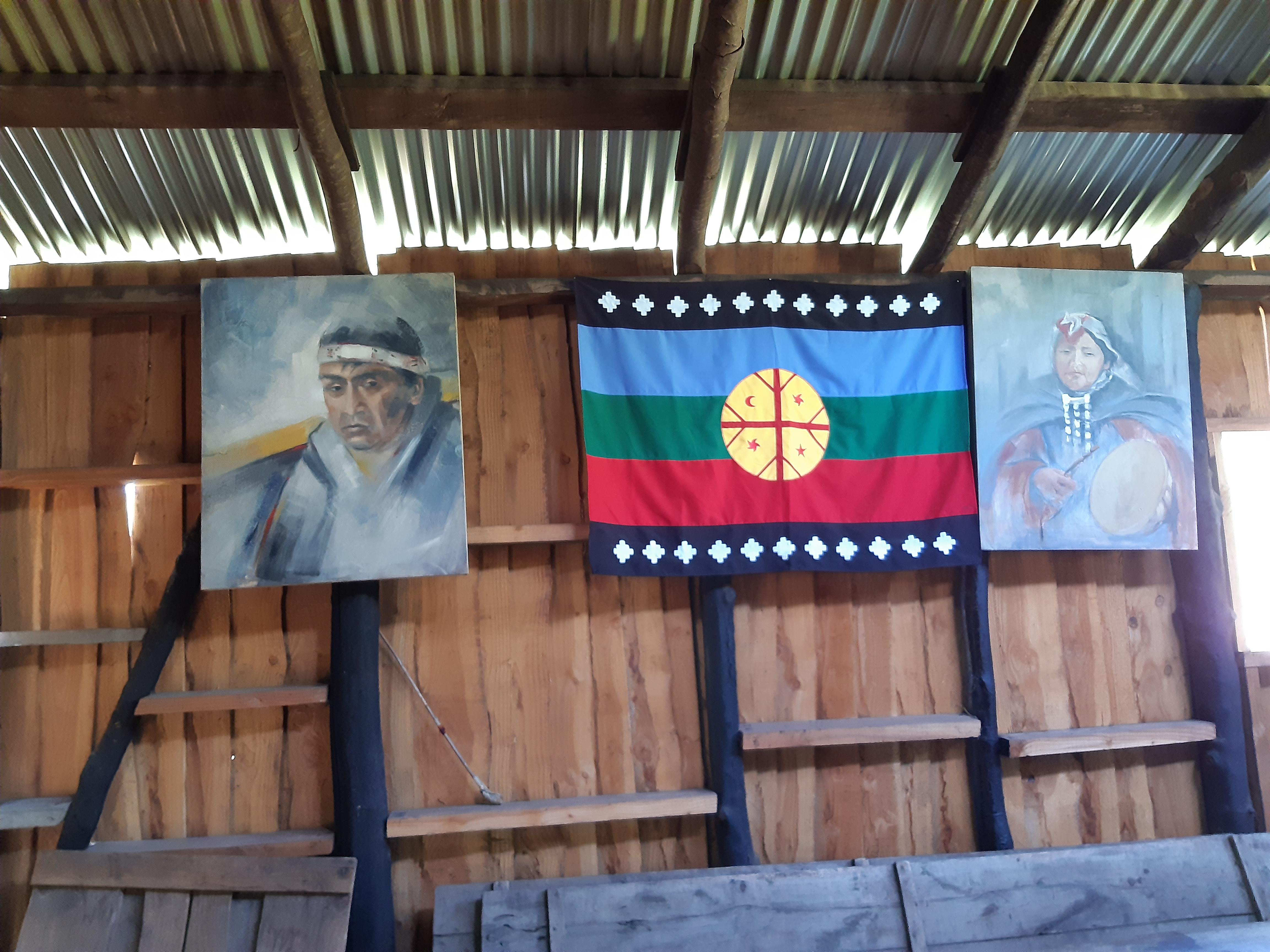 Bandeira Mapuche e imagens de líderes expostos na ruca