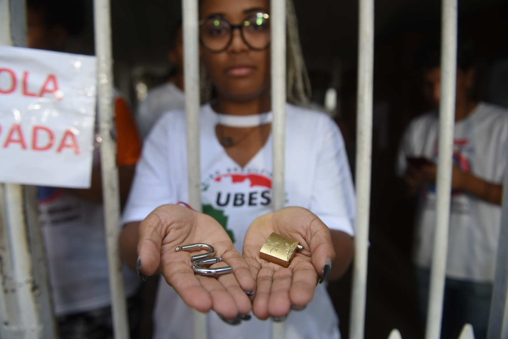 Estudante mostra cadeados arrombados pela PM