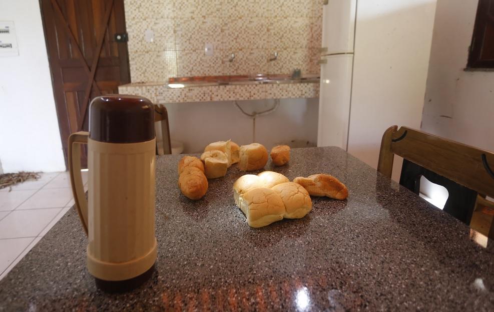Estômago vazio: 12 pães espalhados ao lado de uma garrafa térmica