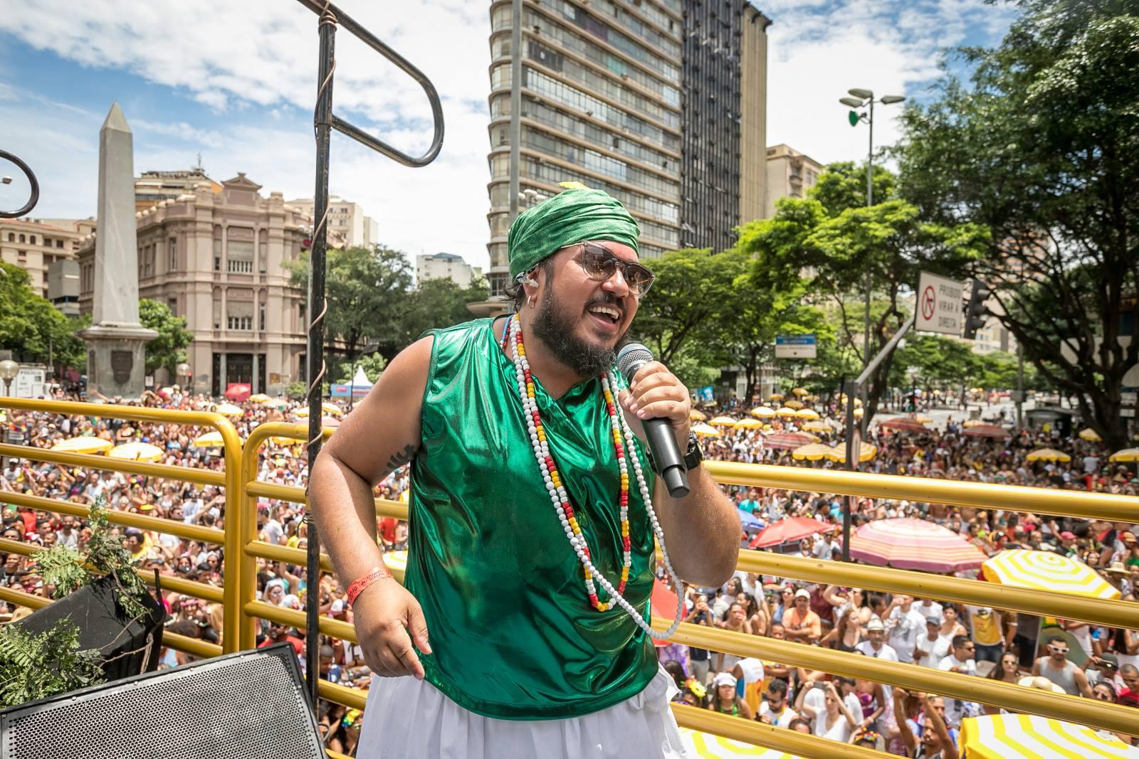 Geo Cardoso, idealizador do Baianas Ozadas, canta em trio durante a folia em BH