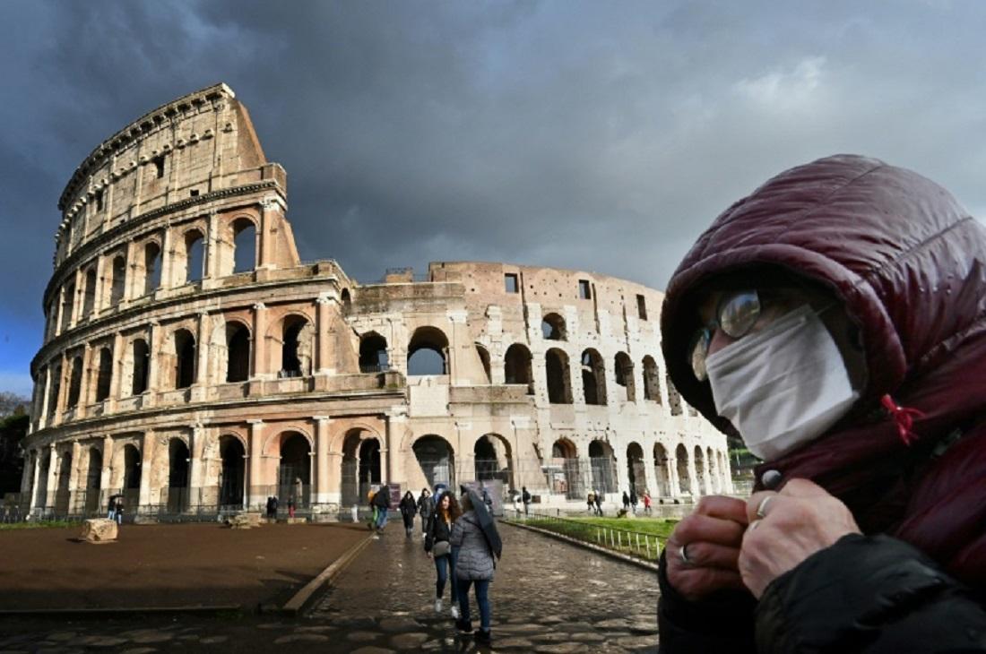 Homem de máscara passa em frente ao Coliseu de Roma, na Itália, em 7 de março de 2020