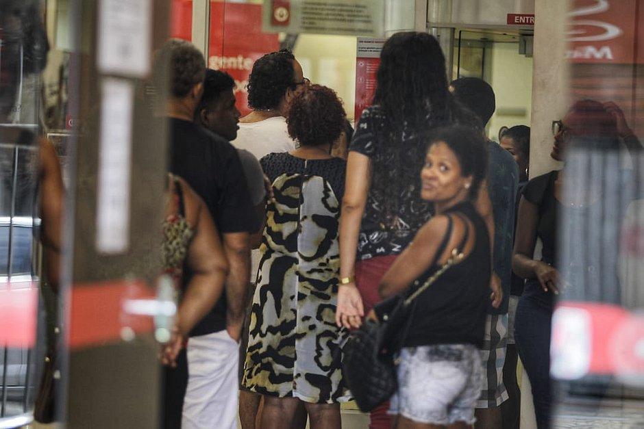 Força-tarefa vai fiscalizar se bancos cumprem decreto que prevê distância de 1m entre clientes nas filas