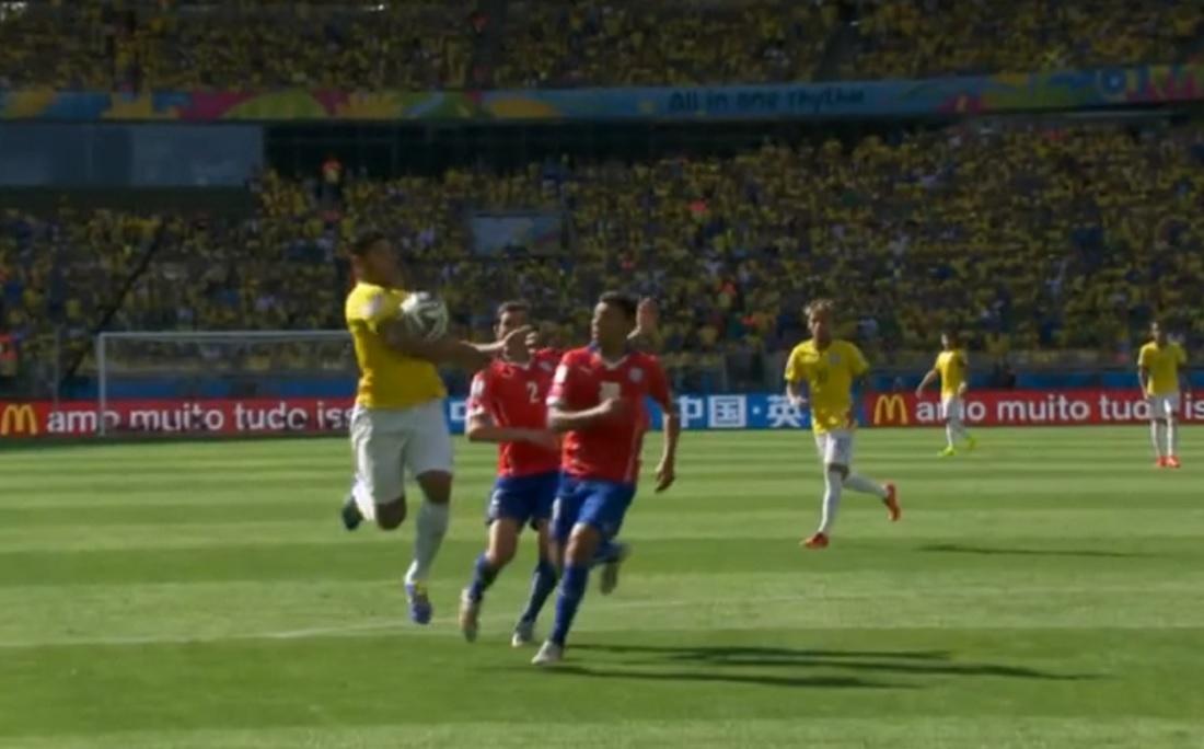 Na Copa de 2014, bola bateu no início do braço de Hulk e gol foi anulado; pela nova regra, seria validado