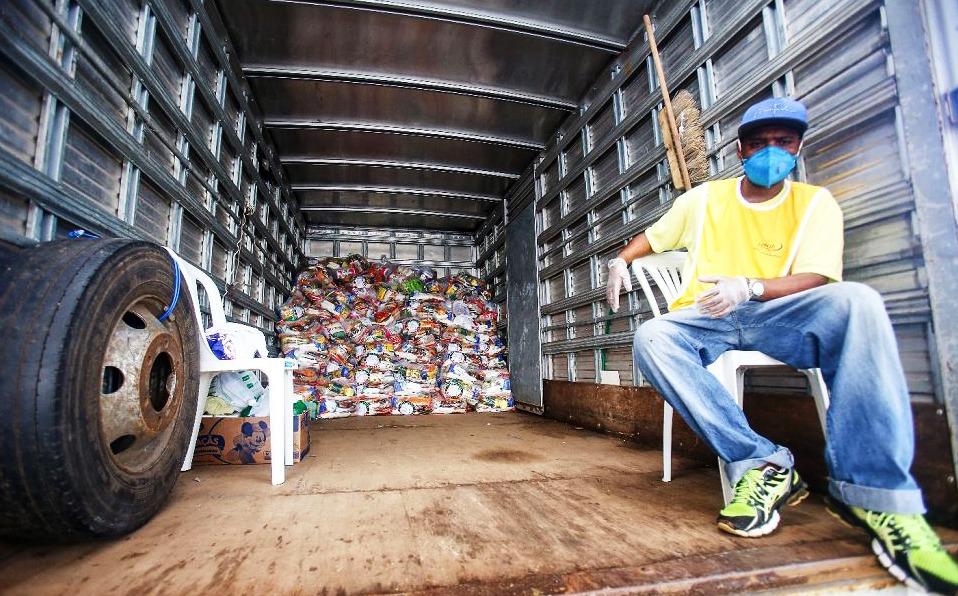 Doação de alimentos no parque de Exposições de Salvador.