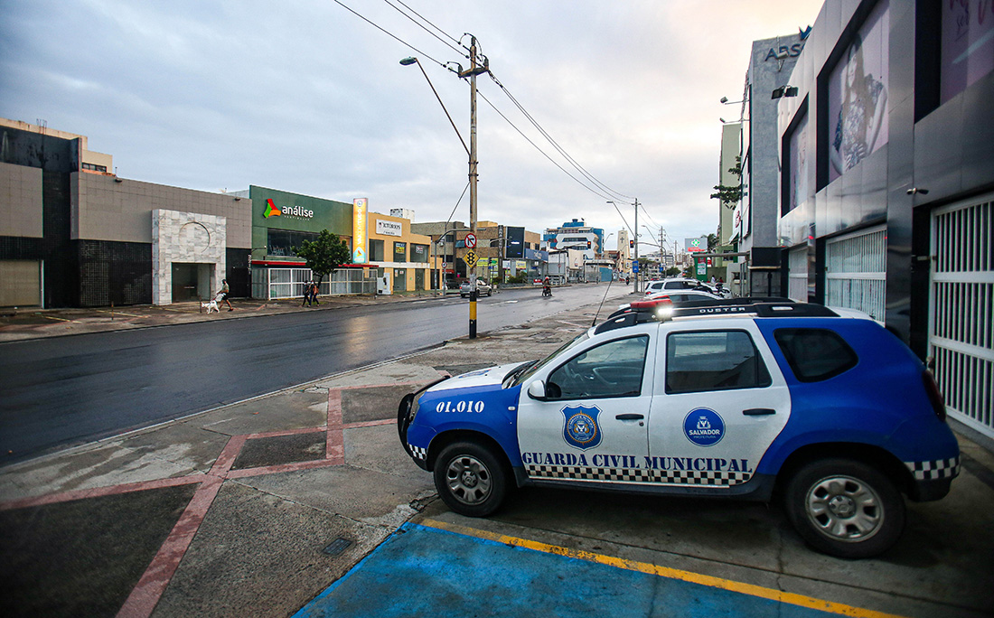 Ruas vazias na Pituba, no primeiro dia de restrições.