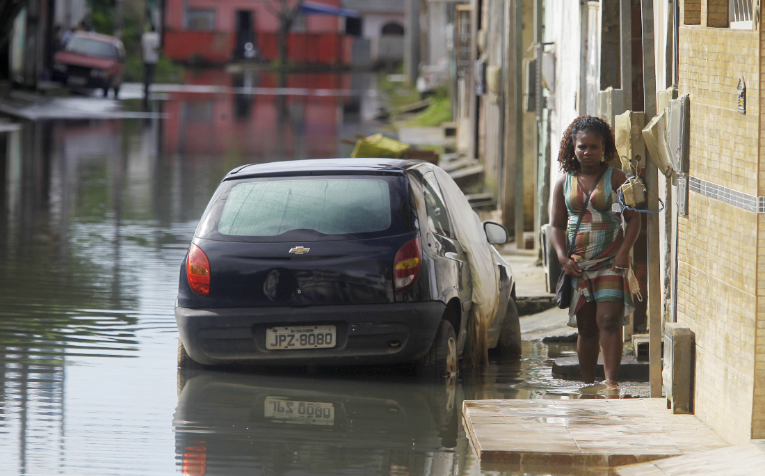 Moradores sofrem com os constantes alagamentos em São Cristóvão.