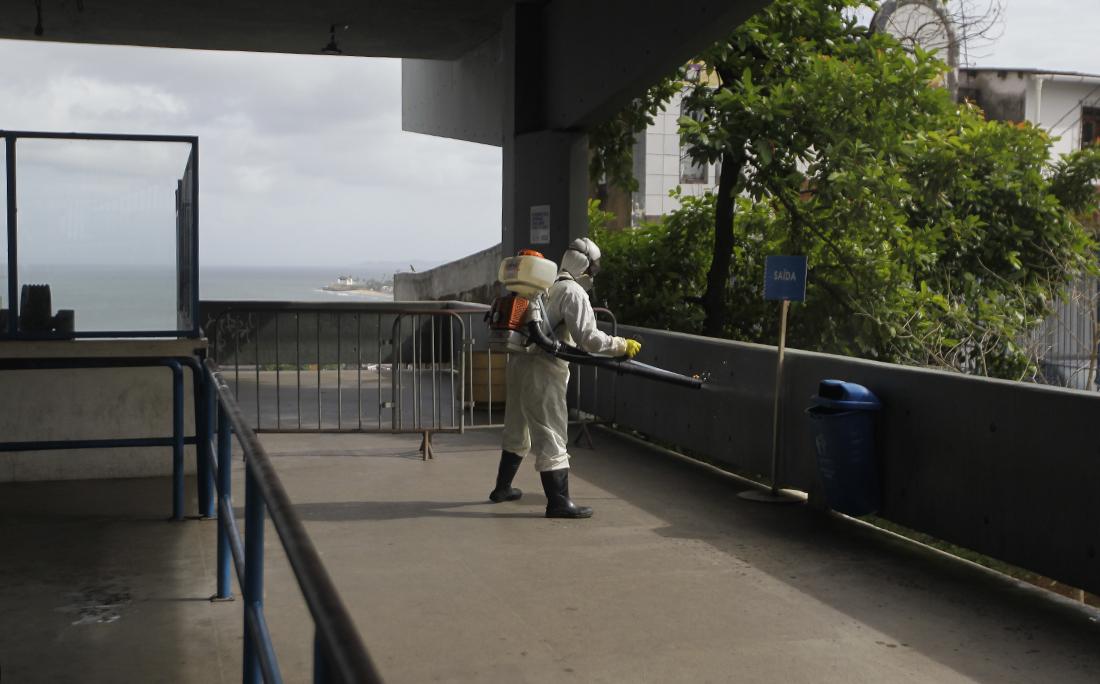 Entre as medidas adotadas pela prefeitura para tentar minimizar o contágio por coronavírus está a desinfecção de áreas públicas, como o Plano Inclinado da Liberdade.