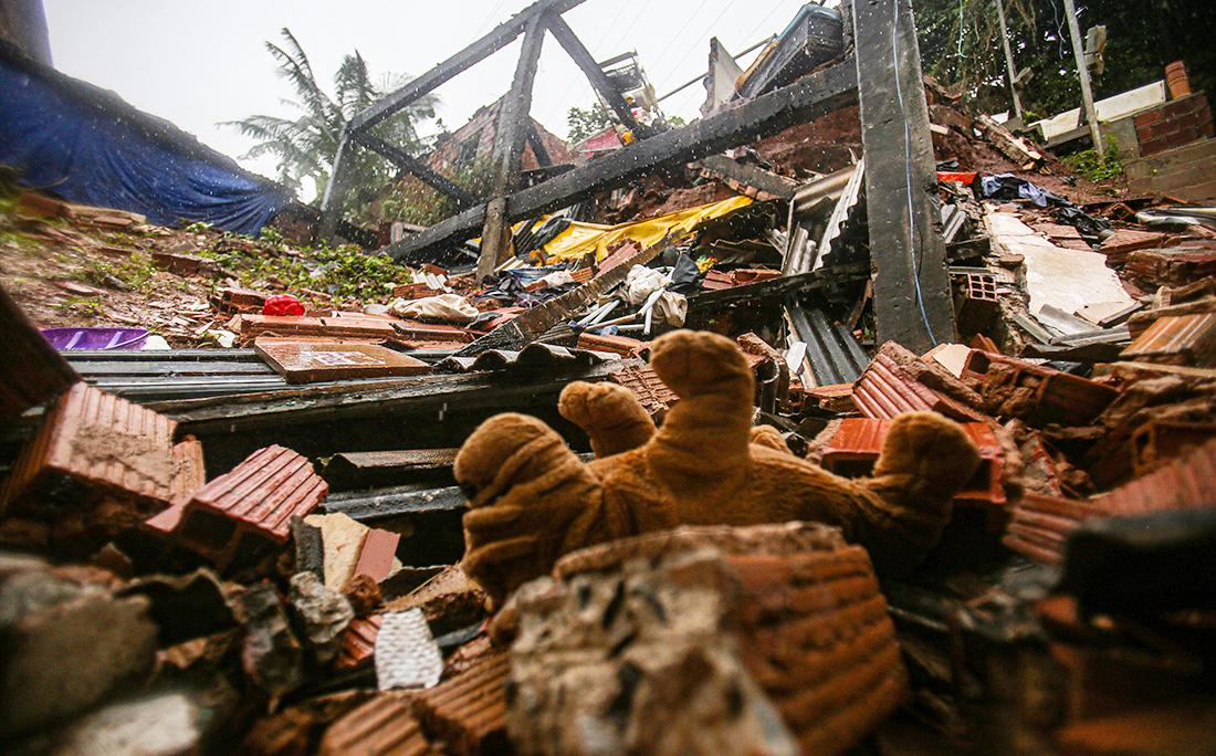 Objetos pessoais, móveis e itens de cozinha rolaram ladeira abaixo.