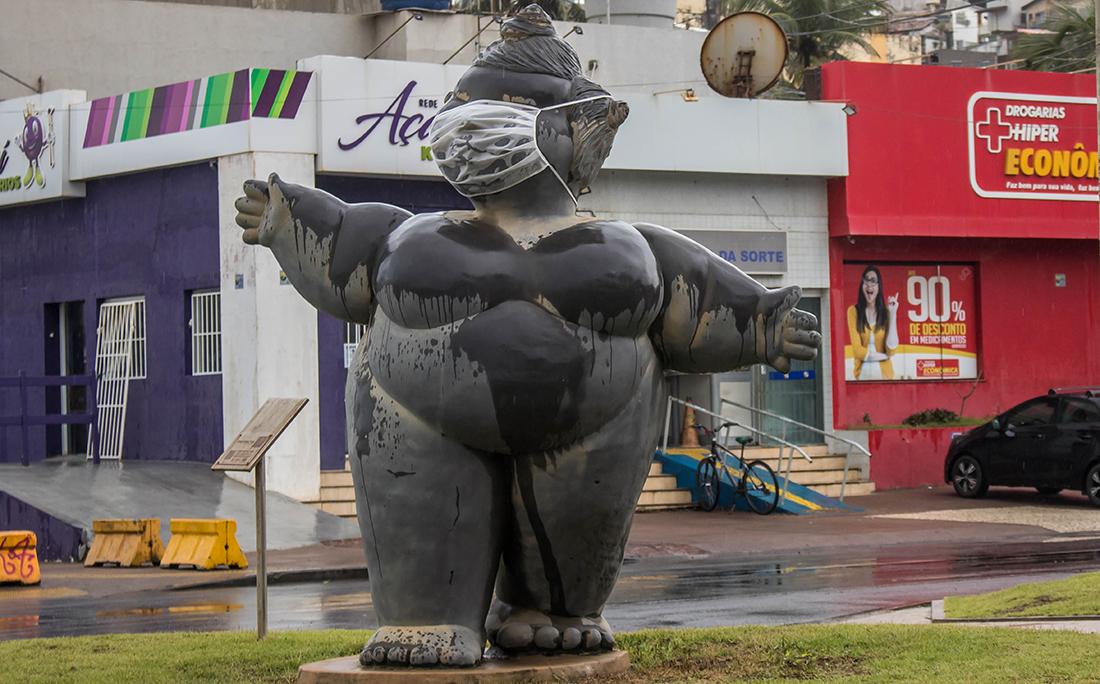 """Além das chuvas, a cidade sofre com a pandemia de coronavírus. As """"Gordinhas de Ondina"""" ganharam máscaras para lembrar da luta contra a covid-19."""