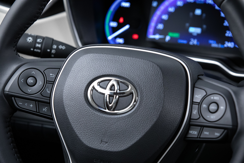 A versão Altis da nova geração do Toyota Corolla tem bastante tecnologia, como o piloto automático adaptativo e farol automático