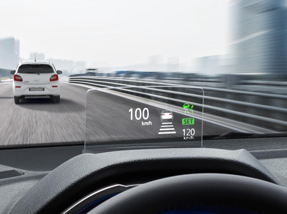 A opção mais cara do Mitsubishi Eclipse Cross, a HPE-S, tem uma tela que projeta várias informações na altura do capô