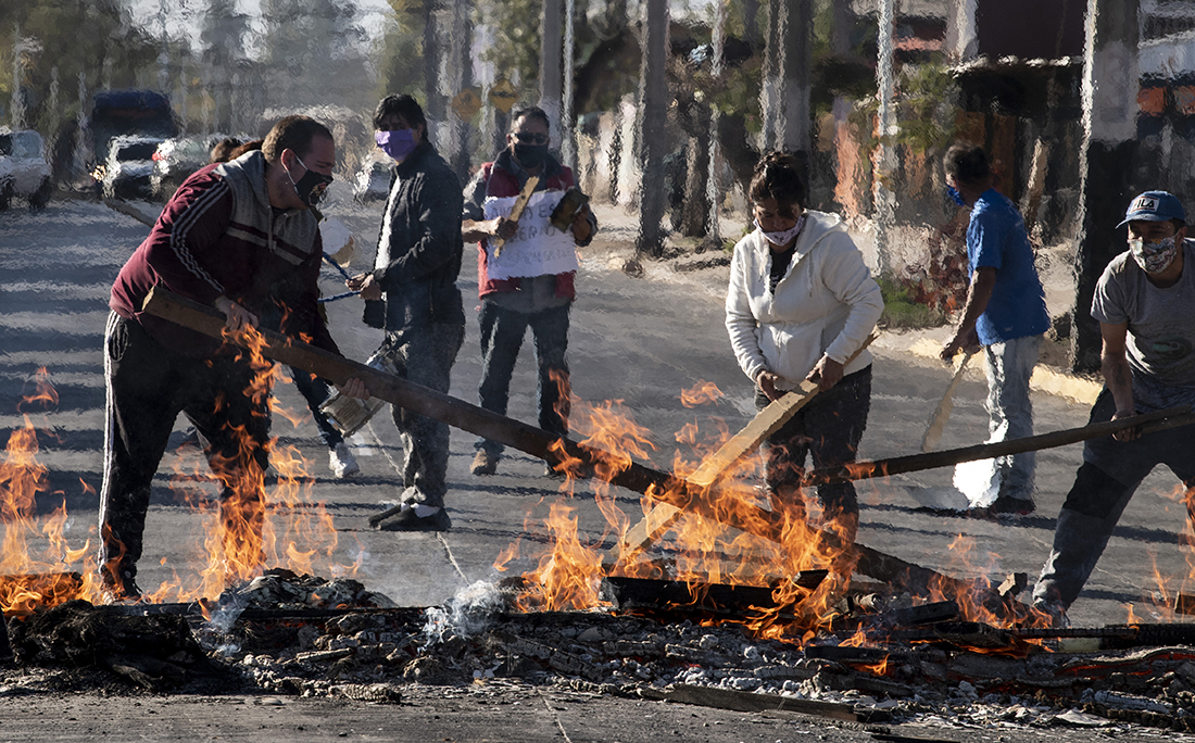 No Chile, população protesta contra a falta de comida e trabalho devido a crise causada pelo coronavírus.