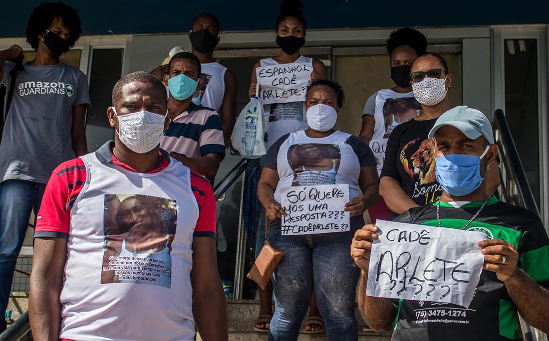 Familiares da doméstica Arlete Santos Reis, 44 anos, que morreu vítima de covid-19 no Hospital Espanhol realizaram um protesto com cartazes perguntando onde está Arlete.