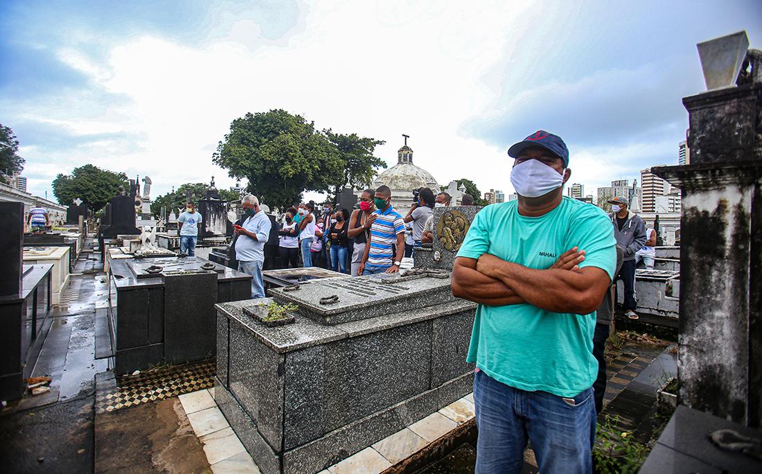 Apenas poucas pessoas puderam participar do enterro por conta da pandemia de coronavírus.