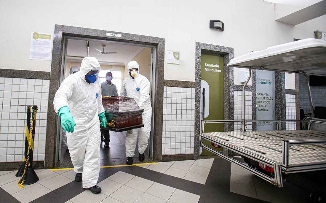 O caixão teve que ser lacrado, por conta do protocolo de segurança para quem morre vítima de coronavírus.