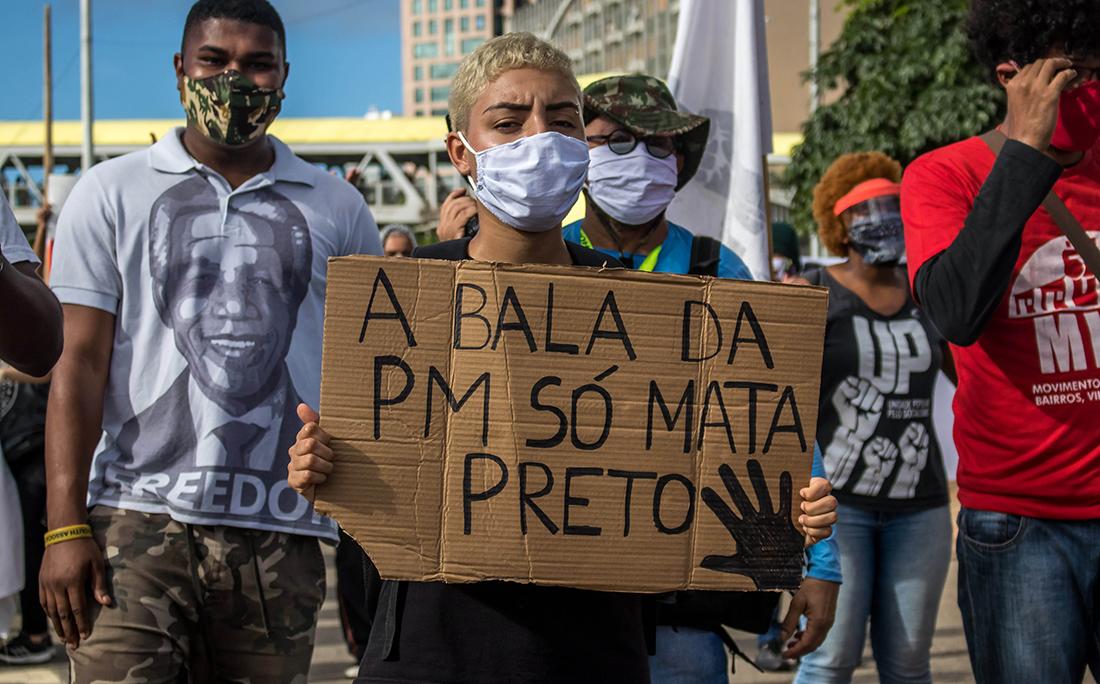 Manifestantes traziam cartazes para protestar contra o racismo.