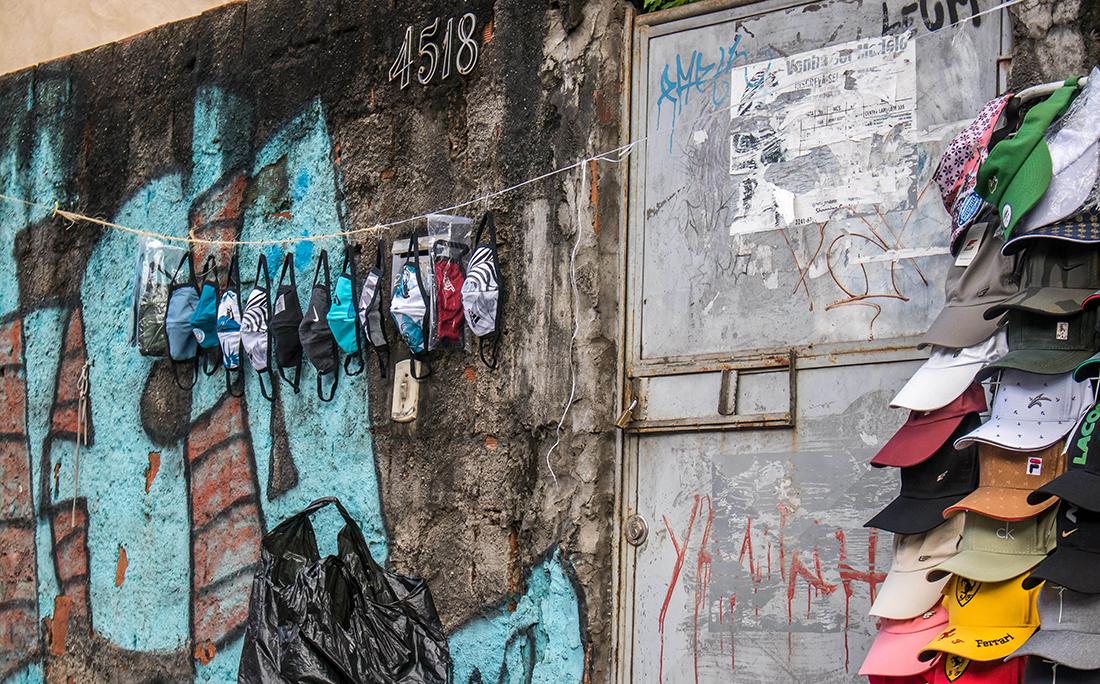 Máscaras sendo vendidas nas ruas de Sussuarana.