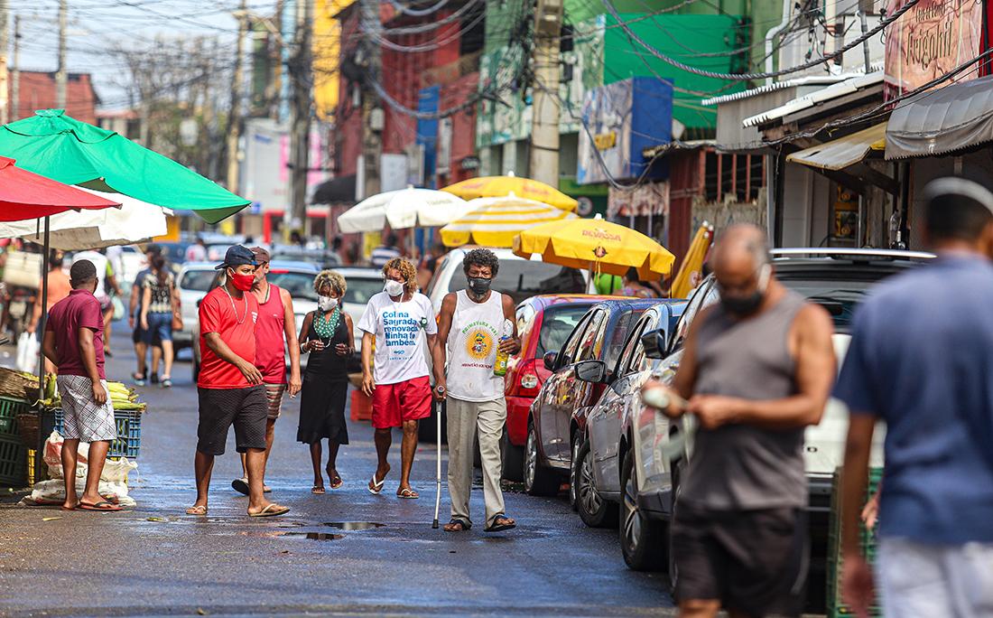 Apesar de estar sob as normas das medidas restritivas, moradores de Itapuã movimentam as ruas do bairro.