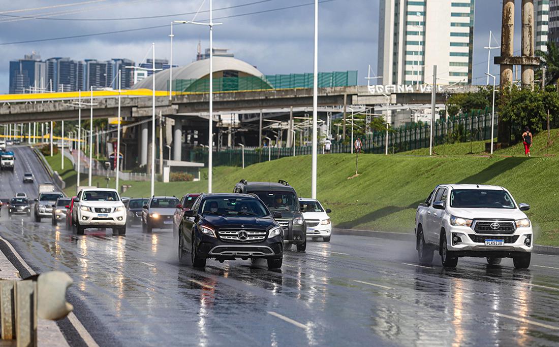 Na Avenida Paralela, a movimentação também era grande na manhã dessa sexta-feira (12).