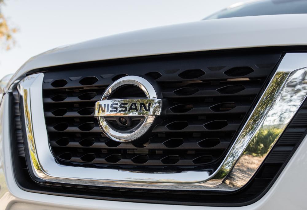 Uma das câmeras fica na logo dianteira da Nissan
