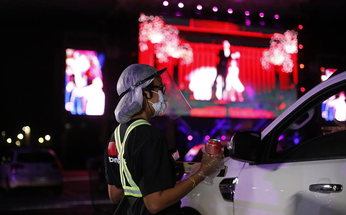 No drive-in, as comidas são servidas também dentro dos veículos e os pedidos são feitos através de um app.