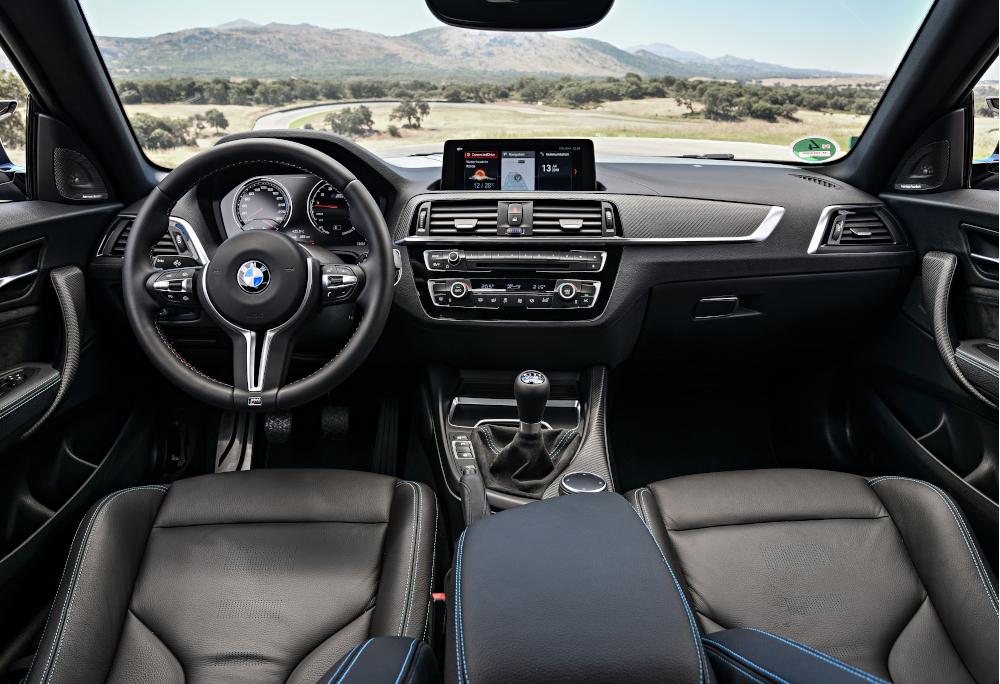 As inserções de metais e fibra de carbono se destacam na cabine desse BMW