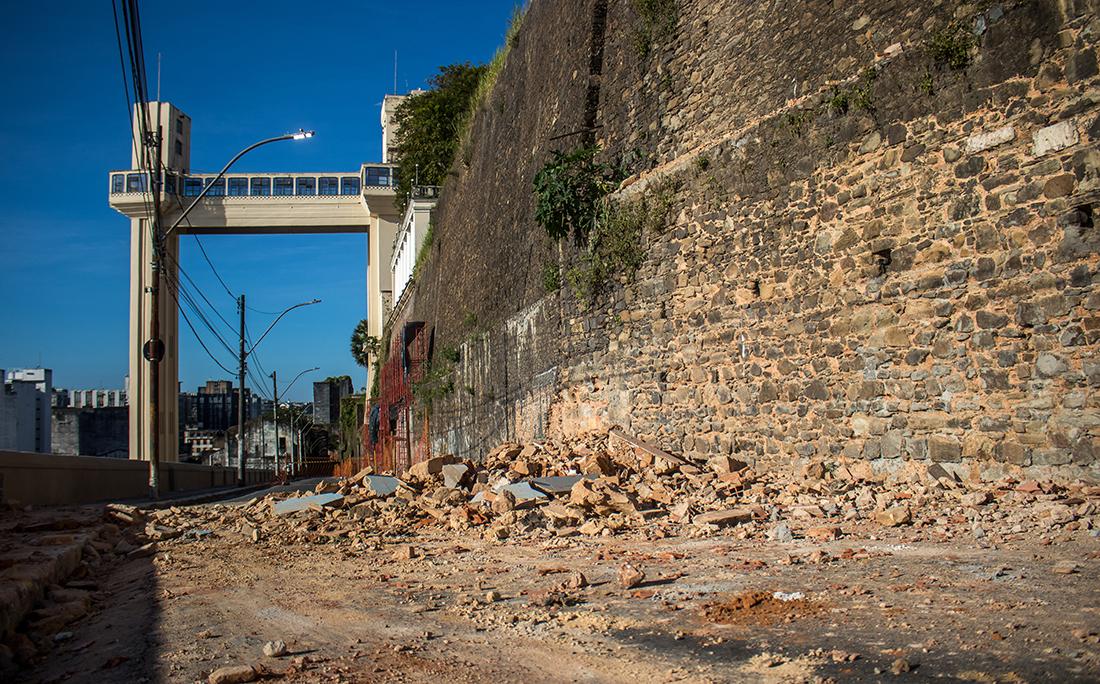 Até a conclusão da demolição, a Ladeira da Montanha continuará interditada para pedestres e veículos.