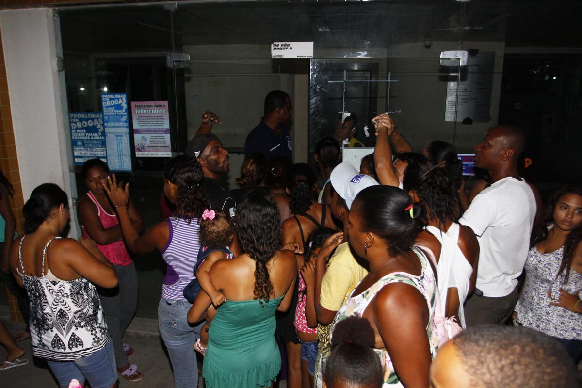 Pessoas se aglomeram na porta da 5ª Delegacia, em Periperi, onde caso foi registrado