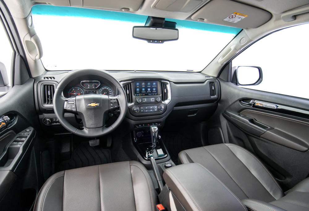 O interior da versão High Country tem acabamento predominante em couro marrom