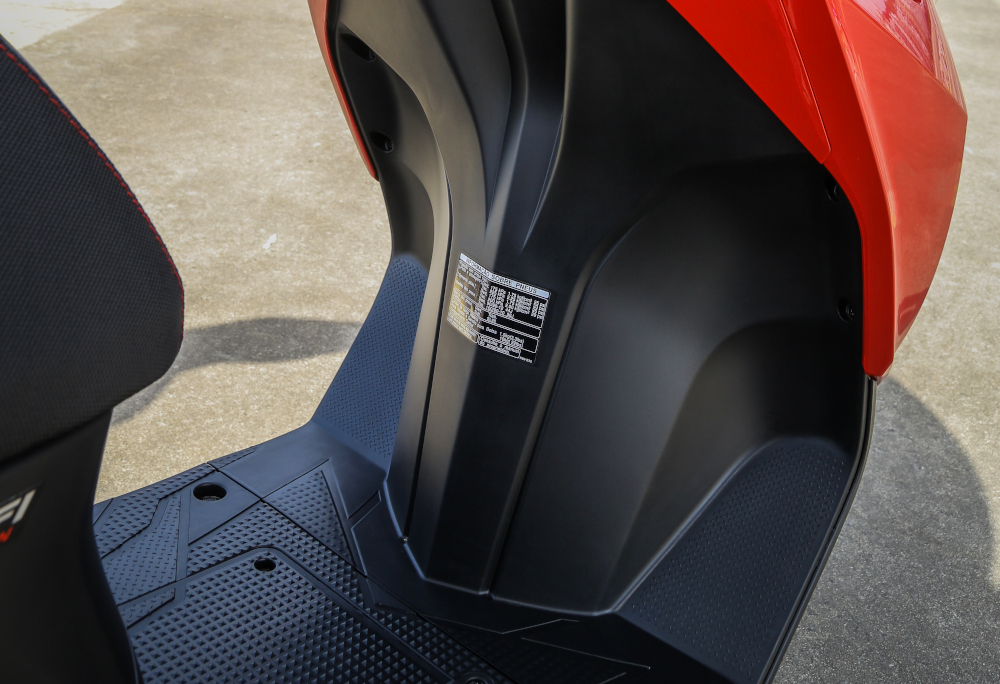 Na scooter o condutor apoia os pés nessa base e as pernas são protegidas por um escudo