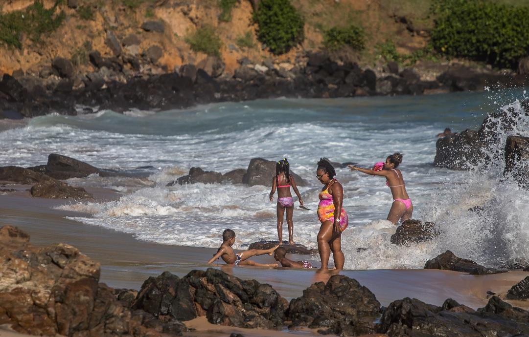 Banhistas na Barra, na praia próxima ao Barravento: a partir de segunda-feira de máscara na areia