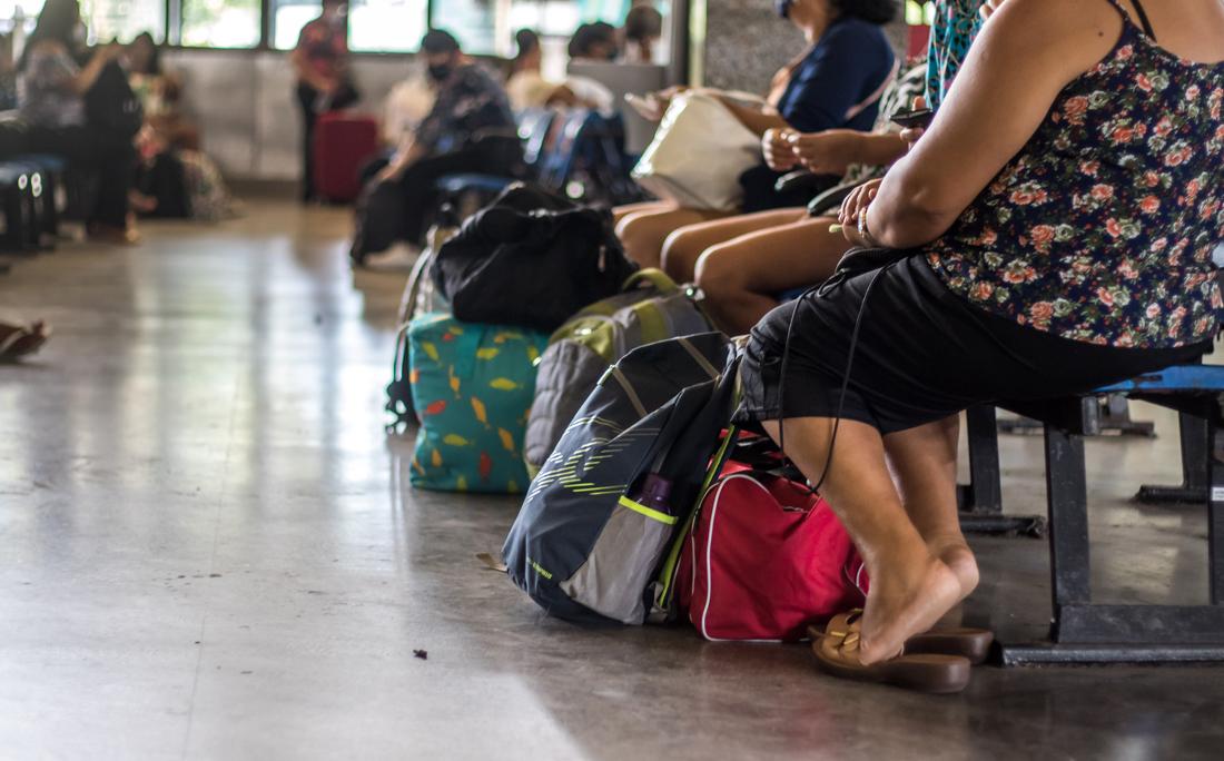 Passageiros esperavam para embarcar na Rodoviária.